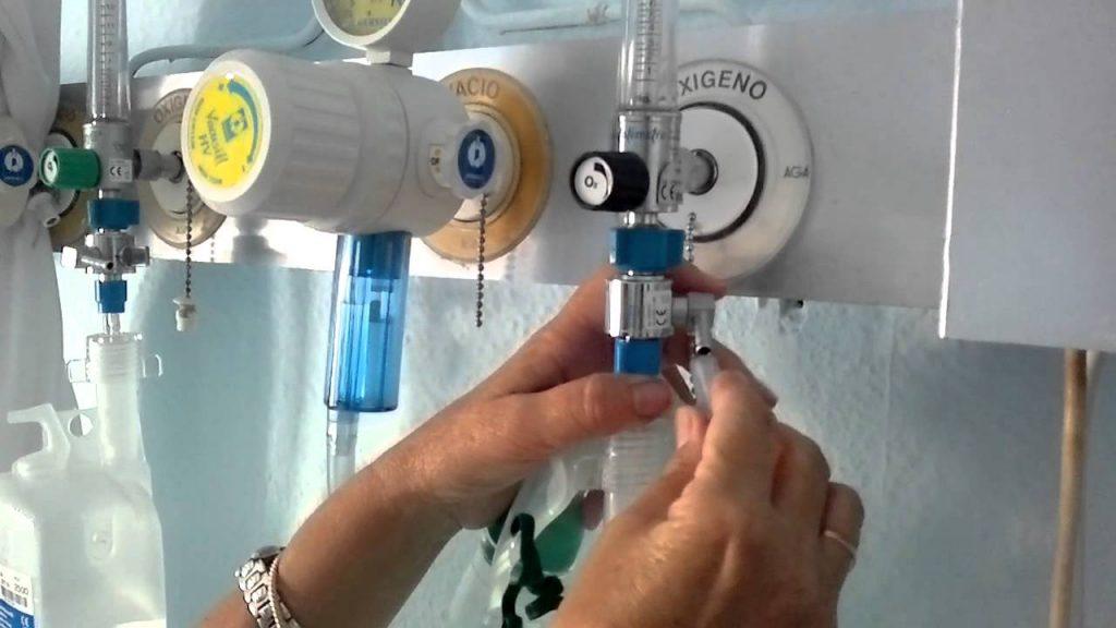 Oxigenoterapia. En el lado izquierdo se puede observar el humidificador