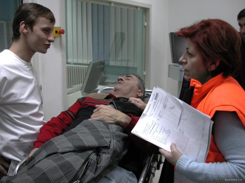 En la imagen se observa a Mioara acompañando a Lazarescu.