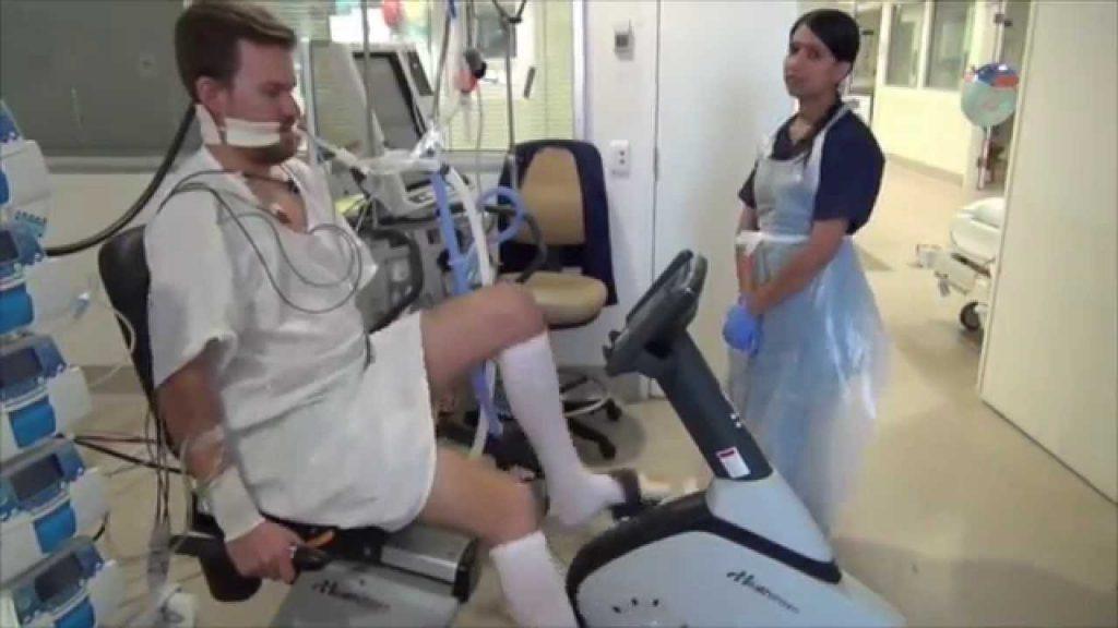 Paciente intubado realizando terapia física